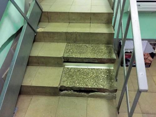 поврежденные ступеньки лестницы в доме ветерана